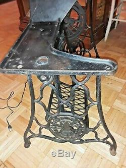 1913 Antique Industrial Leather Cobbler Singer Sewing Machine 29-4 Iron Treadle