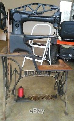 Singer 29-4 Cobbler, Shoe Patch Leather Sewing Machine. Rotating foot. Sews great