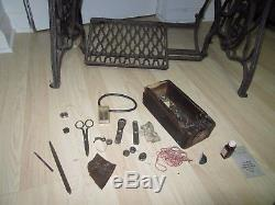 Vintage SINGER 29-4 Treadle Leather Cobbler Upholstery SEWING MACHINE works